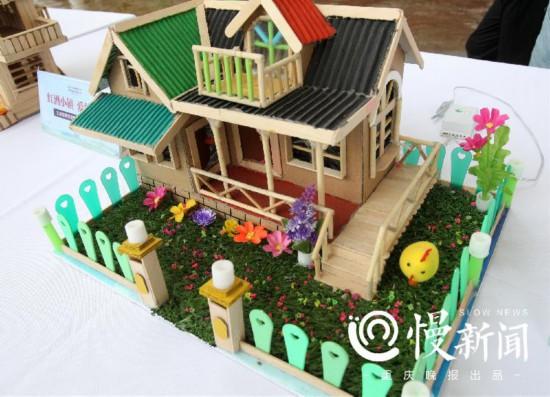 """7旬父亲用冰糕棍为女儿打造20座""""庭院"""""""