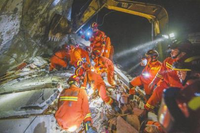 多支力量第一时间赶赴长宁地震灾区 深夜救援 多名被困群众获救