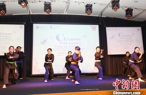 中��民俗文化走�M印尼高校