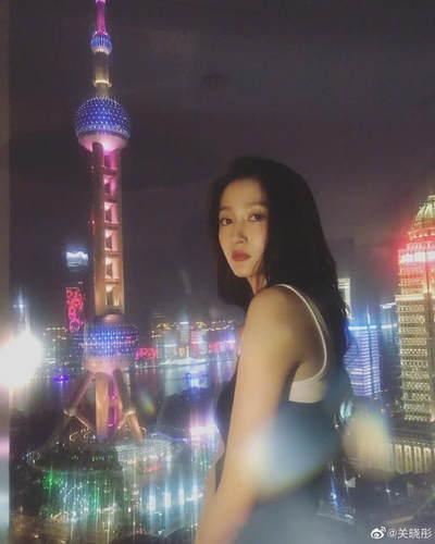 關曉彤與東方明珠合影 穿緊身背心光影迷離很夢幻