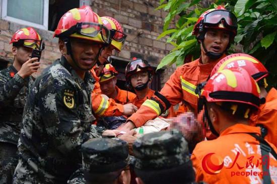高清:武警官兵第一时间赶赴震中 救出遇险群众