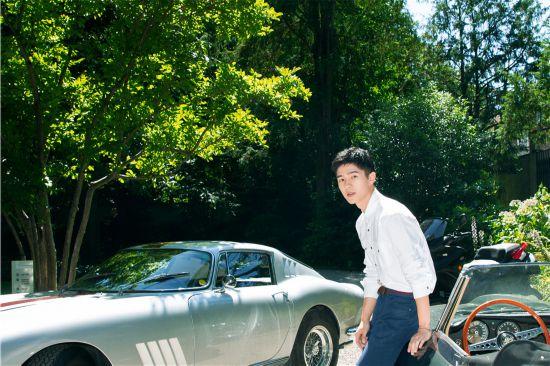 刘昊然现身米兰男装周 白衬衫自然清新