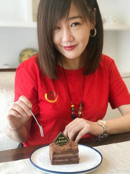 薛佳凝近照曝光 身穿红色T恤笑容甜美