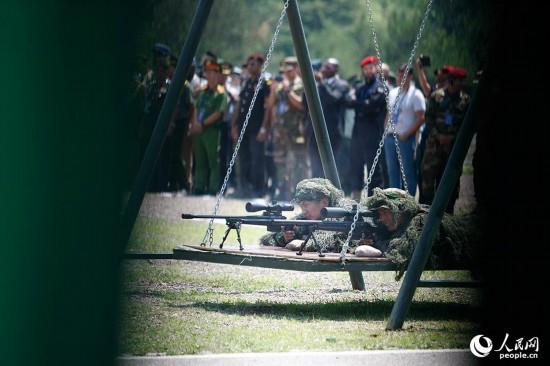 观摩猎鹰突击队特战队员狙击技能演示。王涛 摄