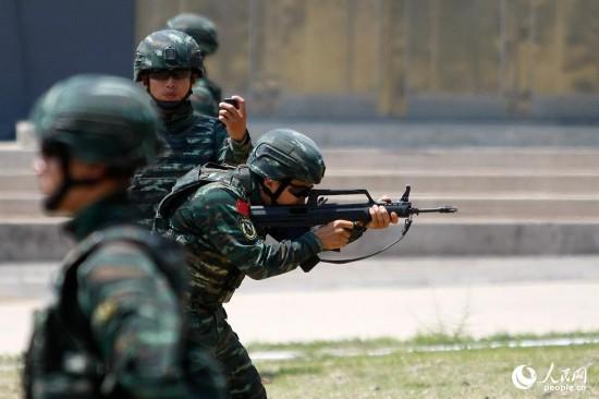 观摩特战队员快反射击技能演示。王涛 摄