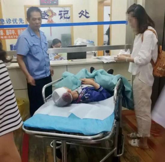 无锡江阴10岁男童被坠落钢管砸中 目前已脱险