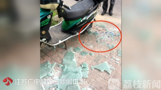 南京六合一小区酒瓶三度高空坠落 元凶仍未锁定