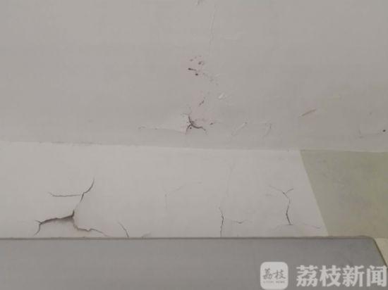 南京江宁湖滨公寓出新不到三年 房顶漏水墙面脱落