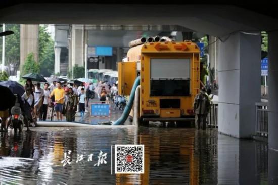 暴雨中看到一座城市的努力