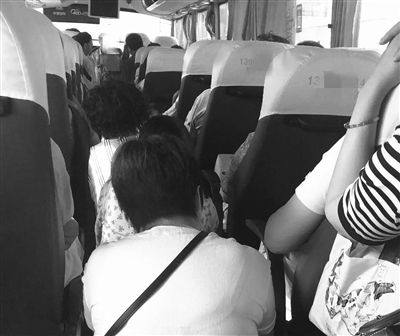 """扬州江都大客车""""过道塞人车门台阶坐人""""被举报"""