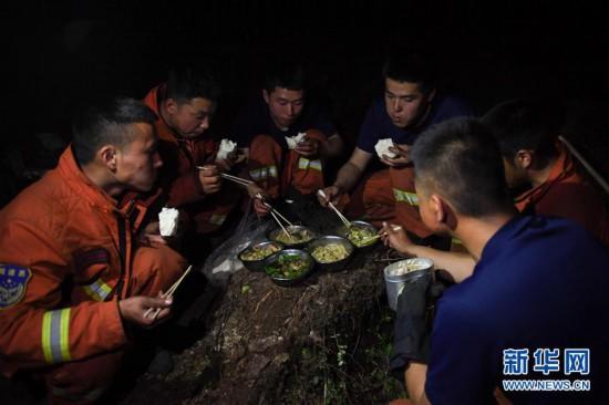 (社会)(1)秀山火场:三天两夜,他们吃上了一顿热饭菜