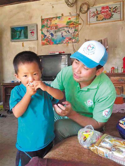 <p>  苏军给家庭困难小朋友送来零食和学习用品。              (图片由被采访者提供)</p>