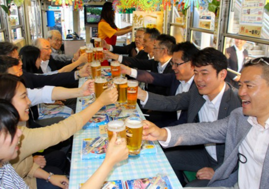 """日本丰桥市再次推出""""啤酒电车"""" 可在车内无限畅饮(图片来源:朝日新闻网站)"""