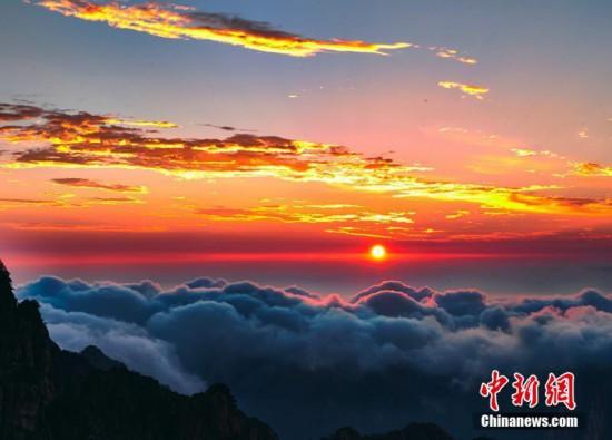 黄山日出现云海霞光景观