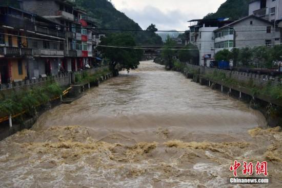 福建北部持继暴雨 溪水上涨水流汹涌
