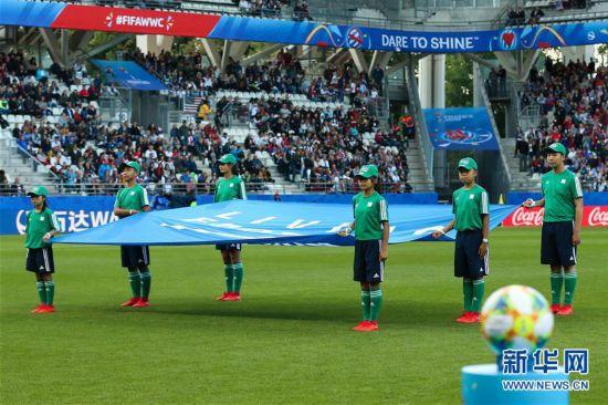 (体育・图文互动)(1)展示形象 传递友谊――中国青少年闪耀女足世界杯赛场