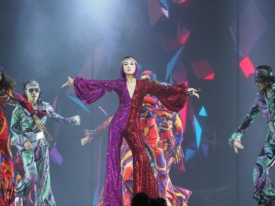 心疼!杨千嬅演唱会意外绊脚重摔 被伴舞扶起后继续表演