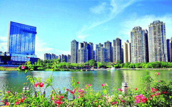 """我市实施最严措施呵护""""惠州蓝""""。这是市区金山湖公园风光。  惠州日报记者杨建业 摄 (资料图片)"""