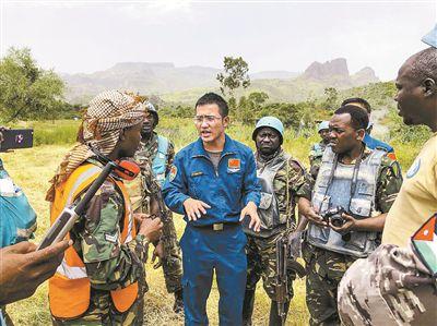 窦孝宇在执行迈拉山救援任务时和坦桑尼亚友军沟通交流。费晓曦 摄