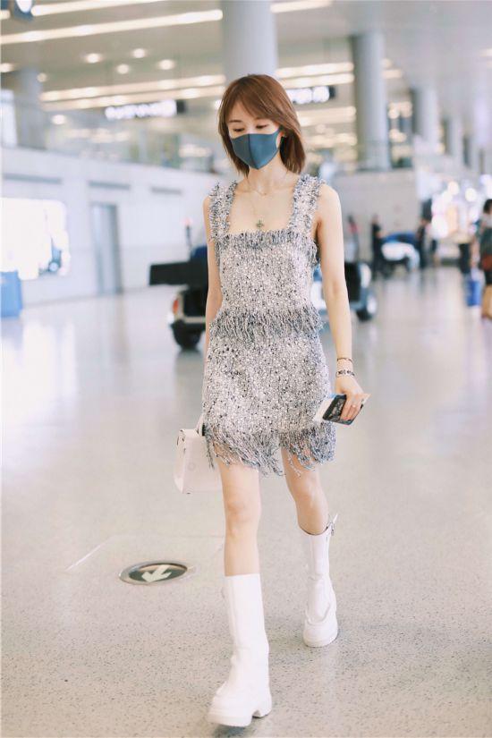 王子文轻便裙装现身机场