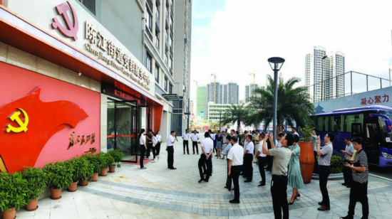 参加基层党建工作现场会(仲恺站)的代表来到陈江街道党群服务中心观摩城市基层党建工作。