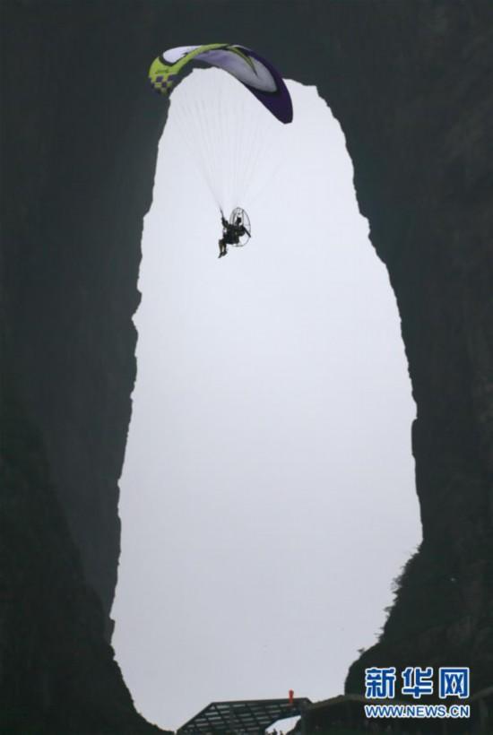 #(社会)(1)张家界天门山动力伞特技国际大师赛开赛