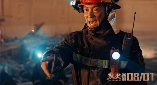 配上消防卫士们滑复栗纷纷对着手机敬礼的画面