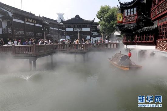 """(社会)(1)上海豫园:夏日九曲桥喷雾 清凉缥缈如""""仙境"""""""