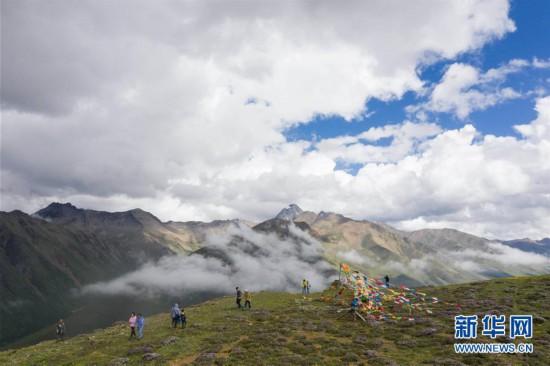 (社会)(1)川藏公路沿线群众走上致富路