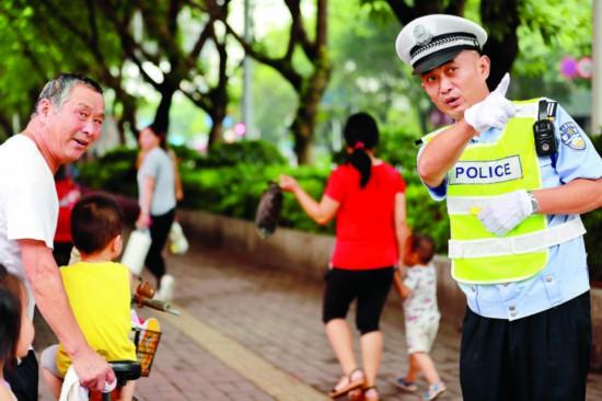 交通警察热情为群众出行提供指引。