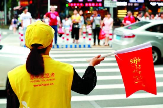 志愿者辛勤付出维护交通秩序。