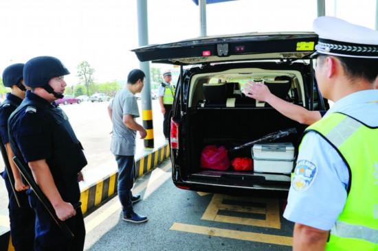 ▲惠州警方在主要路口严查过往车辆。