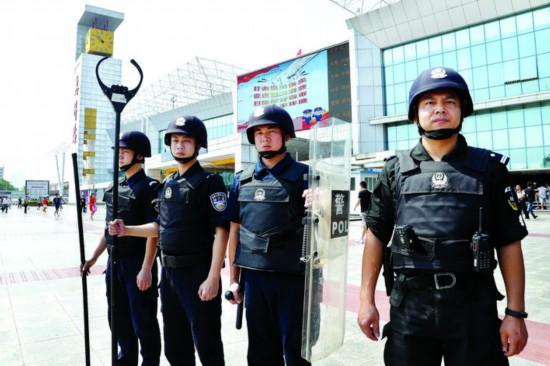 特警队员巡逻维持治安。