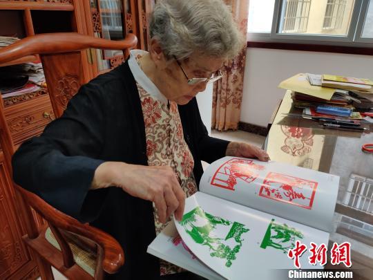 93岁剪纸艺术家:夸姣定格在裱框中
