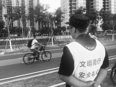 """自行车专用路""""满月""""迎高温天 168位守望者在烈日下坚守岗位"""