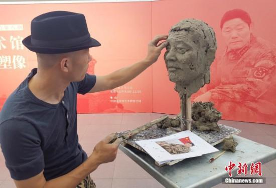 """中国美术馆为全国""""时代楷模""""王继才塑像"""