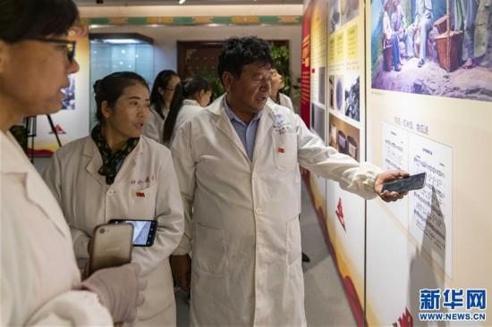 (专发新华网西藏频道)庆祝建党98周年 红色主题教育展在拉萨拉开帷幕(3)