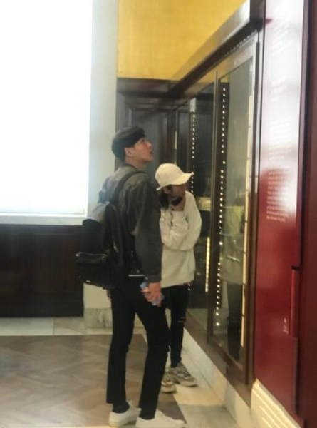 同框满满都是爱!网友大英博物馆偶遇张若昀唐艺昕新婚夫妇