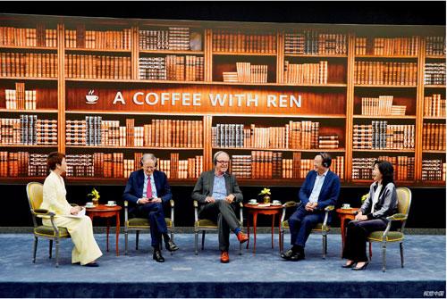"""p17  6 月17 日,华为公司创始人、CEO 任正非(右二)与美国学者乔治・吉尔德(左二)、尼古拉斯・尼葛洛庞帝(左三)在深圳总部就""""技术、市场和企业""""主题进行对话。"""