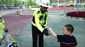 江蘇宿遷5歲娃給交警送水:長大后想成為你