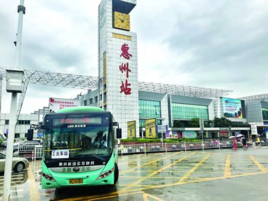 惠州火车站至惠州机场公交快线昨日正式运营。 惠州日报记者戴 建 摄