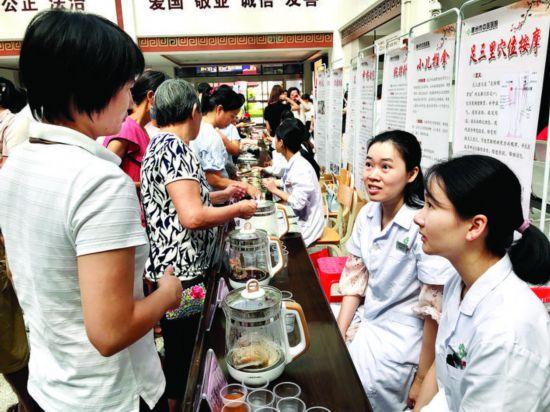 活动现场提供中医药健康养生文化特色服务。    惠州日报记者张 斐 通讯员陈 澄 摄