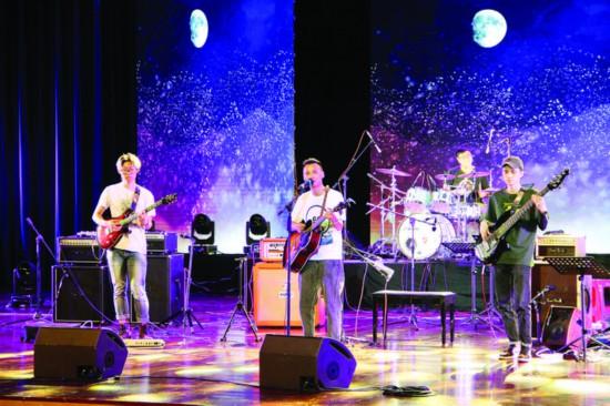 惠阳本地乐队荔枝红乐队进行暖场演出。  惠州日报记者黄尉宏 摄