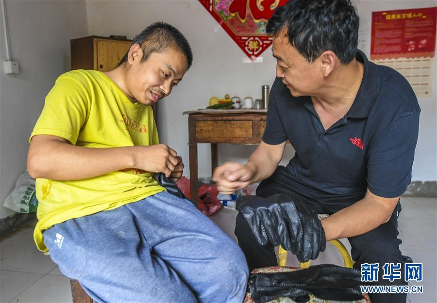(社会)(3)河北故城:身残志坚战贫困