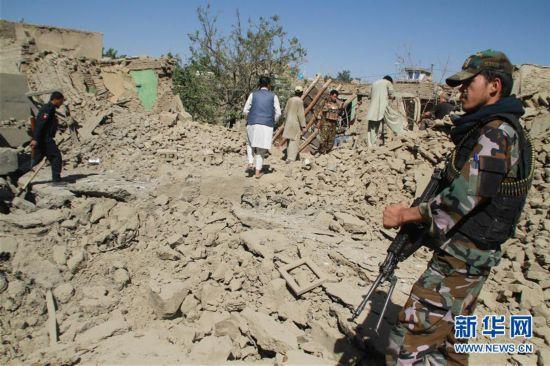 (世界)(1)阿富汗东部轿车炸弹突击致百余人伤亡