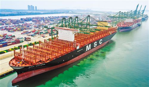 經濟日報:世界最大集裝箱船在天津港首航