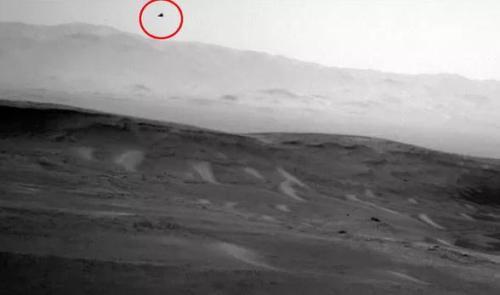 """飞翔的鸟?""""好奇号""""拍下火星上空不明物体(图)"""