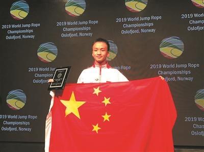广州学生跳绳世界杯赛上破世界纪录