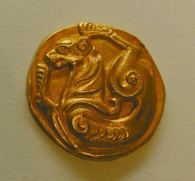 战国时期的虎纹金牌饰极富动感.