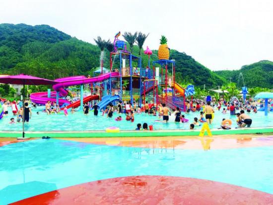 莲湖水上乐园吸引了不少游客。  惠州日报记者钟畅新 摄